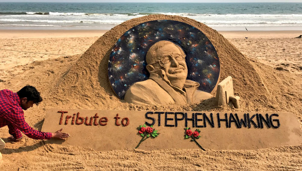 Sudarsan Pattnaik pays sand art tribute to Stephen Hawking