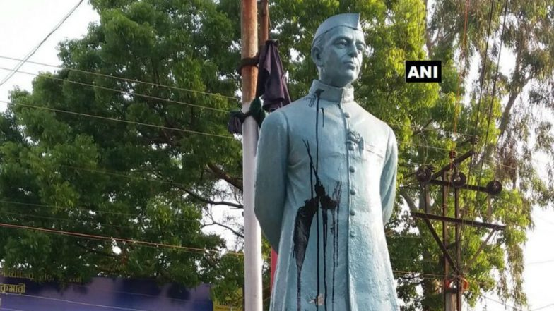 Black ink thrown at Jawaharlal Nehru's statue in West Bengal