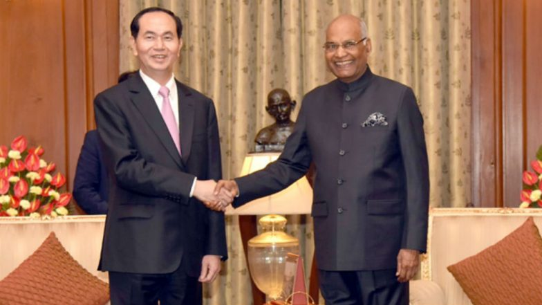 Gun salute welcomes President Tran Dai Quang in New Delhi