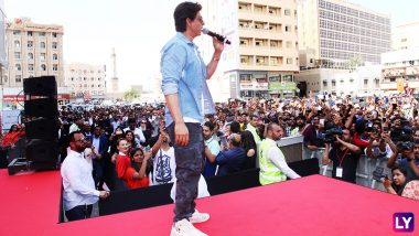 Shah Rukh Khan's Fans in Kuwait Stand Unfazed by the Sandstorm as the Superstar Waves Back! (Video and Pics)
