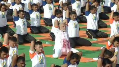 International Day of Yoga 2019:  PM Narendra Modi Performs Tadasana; How to Perform the Asana for Perfect Abs and Posture
