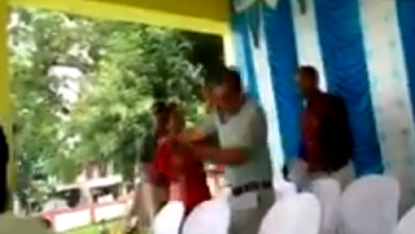 Watch Video: Former Block President Ranjita Paraste of Dindori's Karanjia in MP Slaps Chief Executive Officer of Janpad Panchyat Over Heated Argument