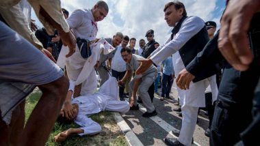 Akhilesh Yadav Helps Accident Victims on Agra-Lucknow Expressway