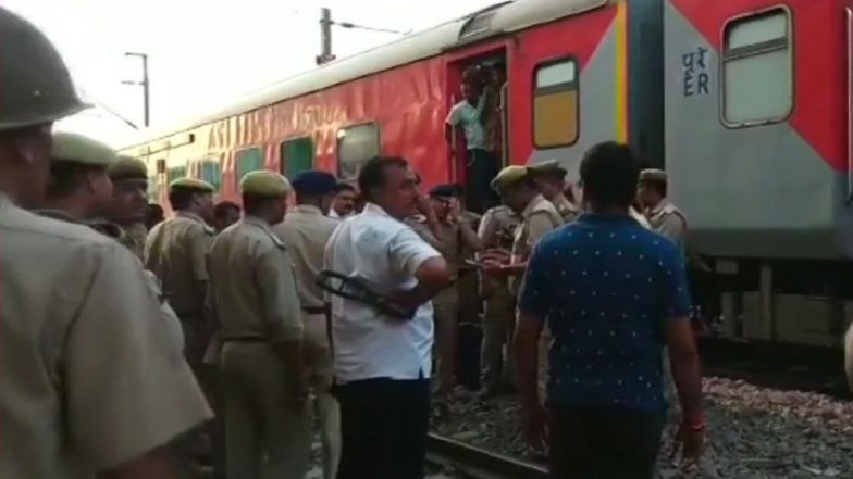 Howrah - New Delhi Rajdhani Express Bomb Scare: Train Vacated and Halted at Ghaziabad After Threat Call, Bomb Squad Pressed Into Service
