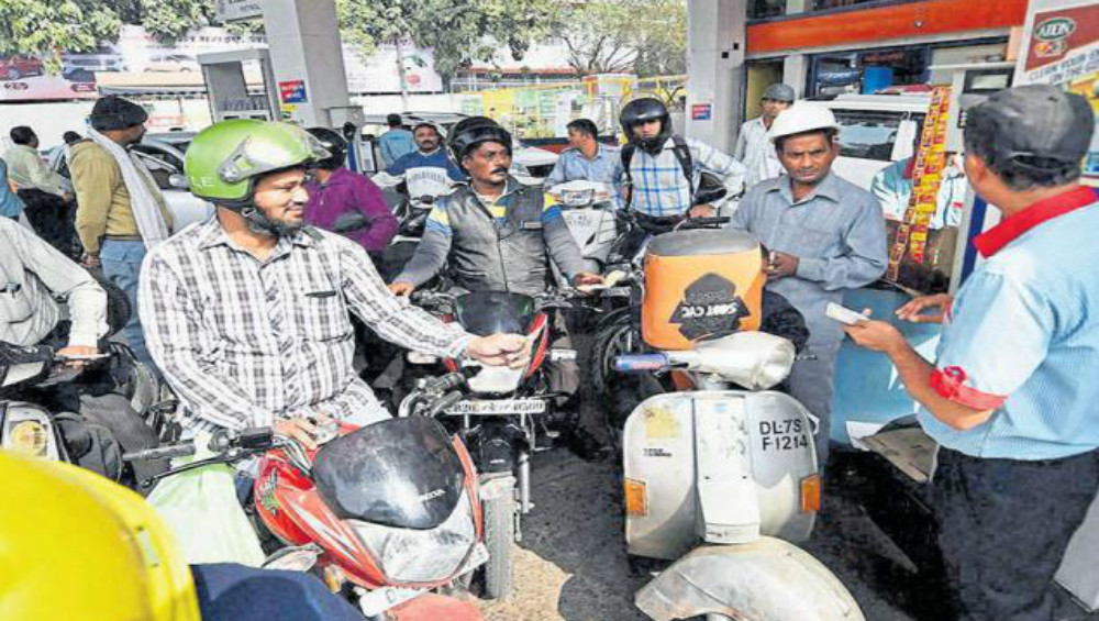 Fuel Rates in India on January 16, 2020: Petrol Prices Drop Marginally to Rs 81.14/Litre in Mumbai, Rs 75.55/ Litre in Delhi; Check Petrol And Diesel Prices in Metro Cities