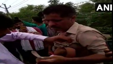 Uttar Pradesh: Locals Thrash Drunk Police Constable After He Rammed His Vehicle Into Two Bikes; Watch Video