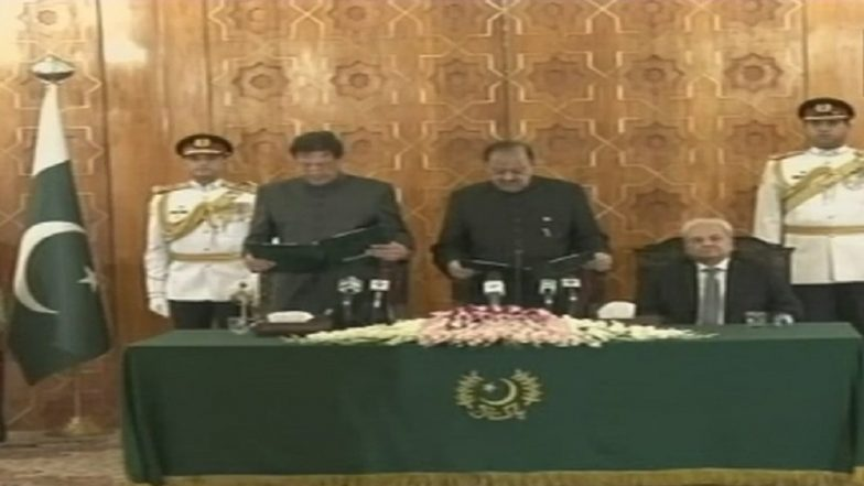 Imran Khan Fumbles While Swearing Allegiance to Finality of Prophethood in Oath-Taking Speech in Urdu: Watch Video