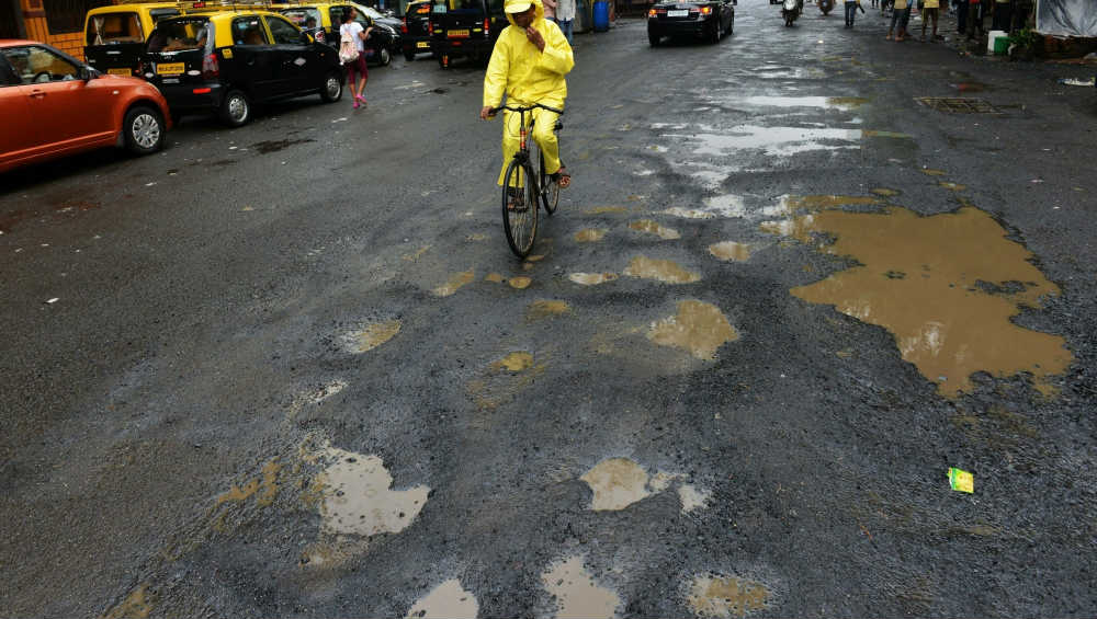 #PotholeChallenge2019: BMC to Gift Rs 500 if Pothole Remains Unfixed For 24 Hours After Complaint, Know How to Win Prize Money