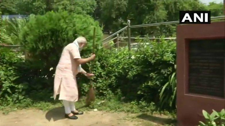 Swachhata Hi Seva Movement: PM Narendra Modi Swept and Clean the Premises Baba Sahib Ambedkar School (Watch Video)