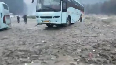 Himachal Pradesh and Uttarakhand Witness Heavy Rain and Snowfall, Vehicles Washed Away in Beas River; Watch Video