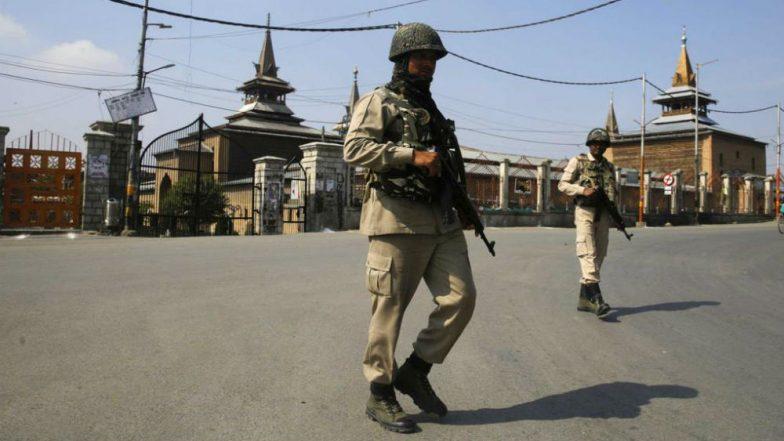 Jammu and Kashmir: Friday Prayers Disallowed at Srinagar's Jamia Masjid as Clashes Erupt Over Mannan Wani Killing