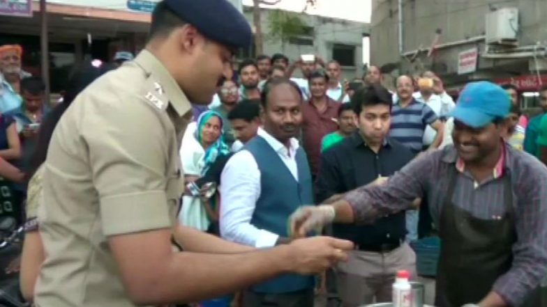 North Indian Migrant Issue: Top Cops From Aravalli Eat Pani Puris From Stall of Migrant Vendor to Encourage Business Peacefully