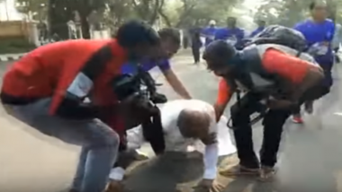 Karnataka Minister GT Devegowda Participates in Mysuru Marathon 'Wearing Dhoti', Falls Amid Run; Watch Video