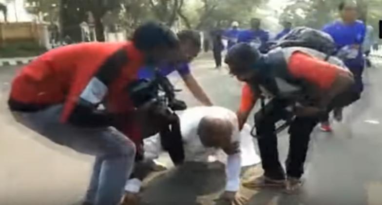 Karnataka Minister GT Devegowda Participates in Mysuru Marathon 'Wearing Dhoti', Falls Amid Run; Watch Video