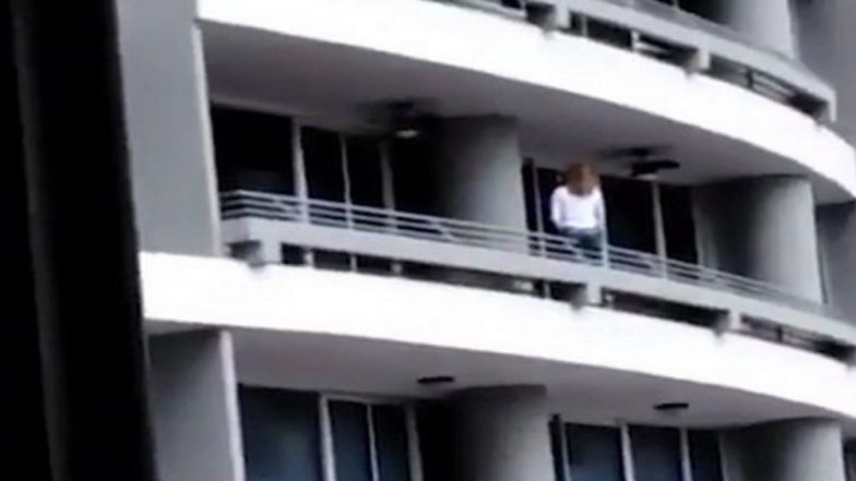Selfie Kills! Woman Falls From 27th Floor Balcony to Death in Panama City; Watch Video