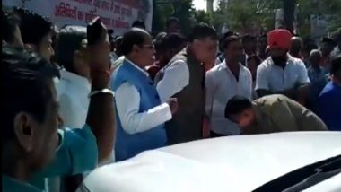 UP Policeman Touches Feet of Satish Mahana to Apologise After His Vehicle Hits Minister's Car, Watch Video