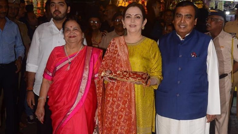 Isha Ambani-Anand Piramal First Wedding Card Offered to Lord Ganesha by Parents Nita and Mukesh Ambani at Siddhivinayak Temple (See Pics)