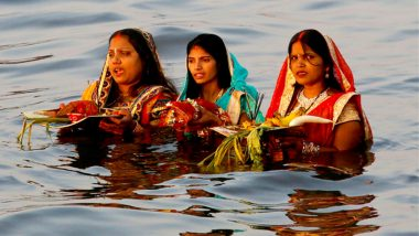 Chhath Puja 2018: Thousands of Fasting Worshippers Pay Obeisance to Setting Sun on Chhath in Delhi
