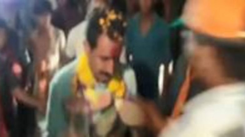 Madhya Pradesh Elections 2018: BJP MLA Dilip Shekhawat Welcomed With Garland of Shoes, Watch Video