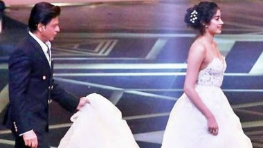 Shah Rukh Khan Helping Janhvi Kapoor With Her Gown at Lux Golden Rose Awards 2018 Proves SRK Is the Most Chivalrous Man in Bollywood