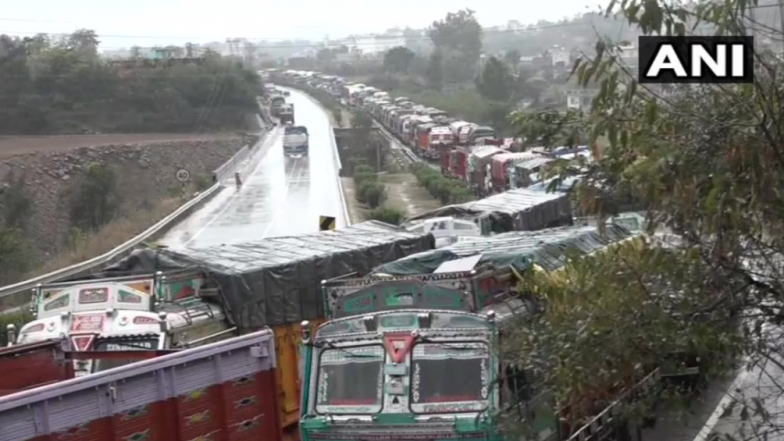 Jammu-Srinagar National Highway Closed for Second Day Due to Heavy Snowfall; Hundreds of Vehicles Stranded