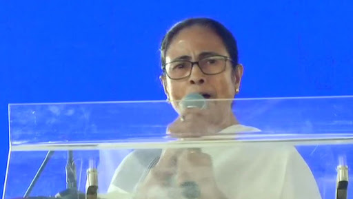 West Bengal CM Mamata Banerjee Follows Priyanka Gandhi's Path, Calls Manner of Abrogation of Article 370 'Wrong'