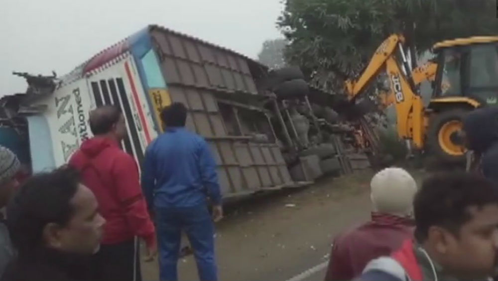 Uttar Pradesh: Bus Carrying Migrant Labourers Overturns in Prayagraj, 15 Injured
