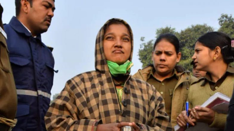 Delhi: Mentally Unstable Woman Shouts 'Pakistan Zindabad' at India Gate, Creates Ruckus; Watch Video