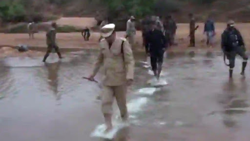 Republic Day 2019: Chhattisgarh Police Personnel Wades Through Water In Bastar to Hoist National Flag, Sets Message for Maoists