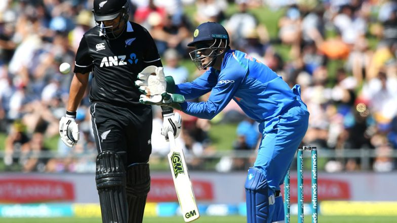 MS Dhoni Stumps Ross Taylor During IND vs NZ 2nd ODI 2019 Match: Watch Video as Twitterati Hail the Classic Lightning-Quick Stumping!