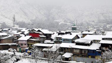 Jammu & Kashmir Sees Heavy Pre-Season Snowfall: Gulmarg Under Blanket of Snow, Mughal Road Joining Poonch-Rajouri Closed; Watch Video