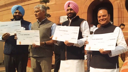 Lok Sabha Elections 2019: Cheques of Rs 15 Lakh of 'Feku Bank' Distributed by Congress Leaders Outside Parliament