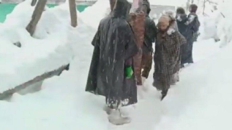 Jammu And Kashmir Witnesses Heavy Snowfall; Police Evacuated 22 Families from Ganderbal, Jawahar Tunnel Blocked
