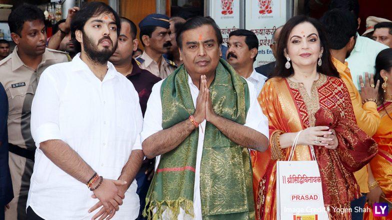 Mukesh Ambani, Nita Ambani and Son Anant Visit Siddhivinayak Temple to Offer Son Akash's Wedding Card! View Pics & Video