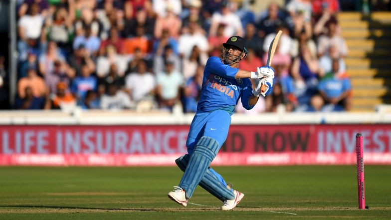 MS Dhoni Carefully Handles Tricolor! The Patriotic Gesture During India vs New Zealand 3rd T20I 2019 Impresses Netizens (Watch Video)