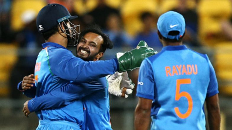 MS Dhoni Advice to Kedar Jadhav in Marathi During IND vs NZ 2019 5th ODI Leaves him Stunned (Watch Video)