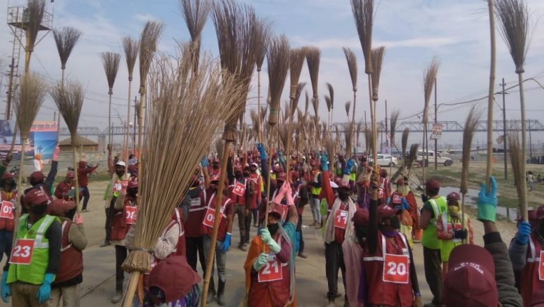 Kumbh Mela 2019: 10,000 Sanitation Workers Set Guinness World Record by Gathering for 3-Minute Cleaning Drive