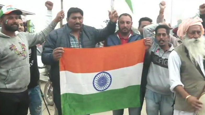 IAF Wing Commander Abhinandan Varthaman's Parents Get Standing Ovation on Flight to Delhi Ahead of Indian Pilot's Return From Pakistan; Watch Video