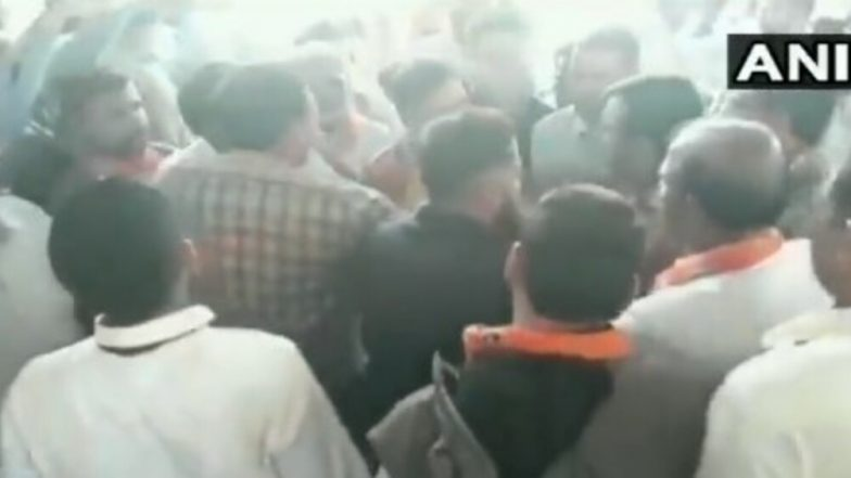 Lok Sabha Elections 2019: Scuffle Breaks Out Between BJP Workers After Sumedhanand Saraswati Given Ticket from Sikar, Watch Video