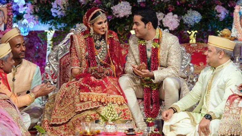 Shloka Mehta Enters The WeddingMandap Like A Queen; Nita Ambani and Mukesh Ambani Walk Akash To The Stage - Watch Videos