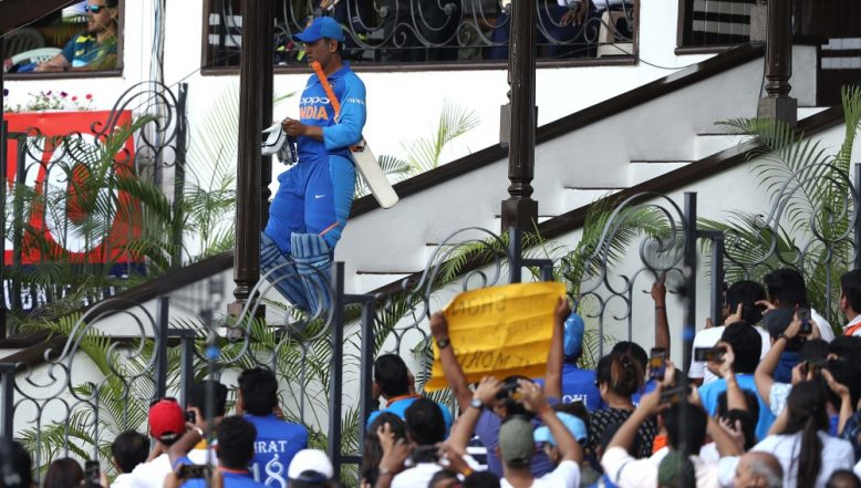 MS Dhoni Reaches Ranchi for India vs Australia, 3rd ODI 2019; Crowd Gives a Roaring Welcome to the Local Boy (Watch Video)
