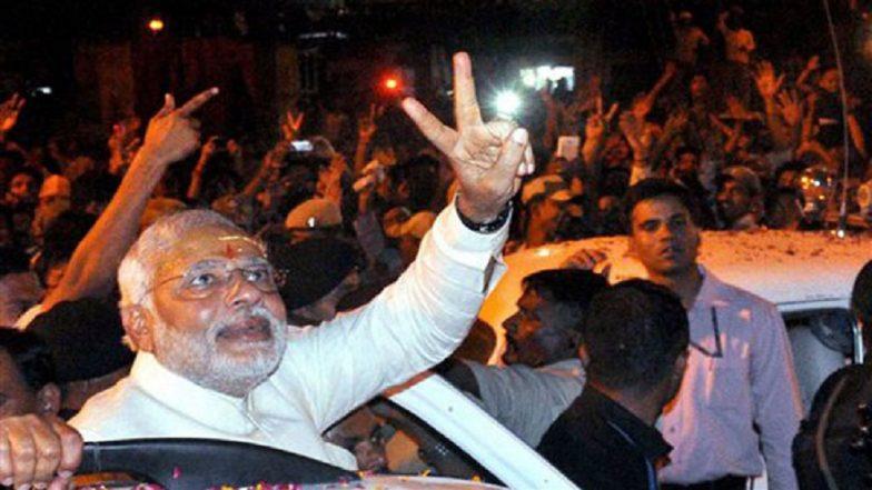 PM Narendra Modi Performs Ganga Aarti at Dashashwamedh Ghat, Ends Mega Roadshow in Varanasi