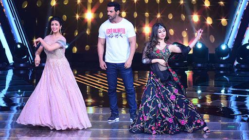 Divyanka Tripathi Dahiya's Dance Face Off With Romeo Akbar Walter Actress Mouni Roy on Deewaani Mastaani Is Unmissable – Watch Video