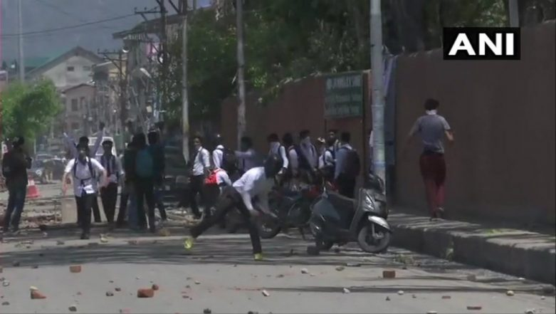 Jammu & Kashmir: Students and Security Forces Clash at Amar Singh College in Srinagar Over Bandipora Rape Case