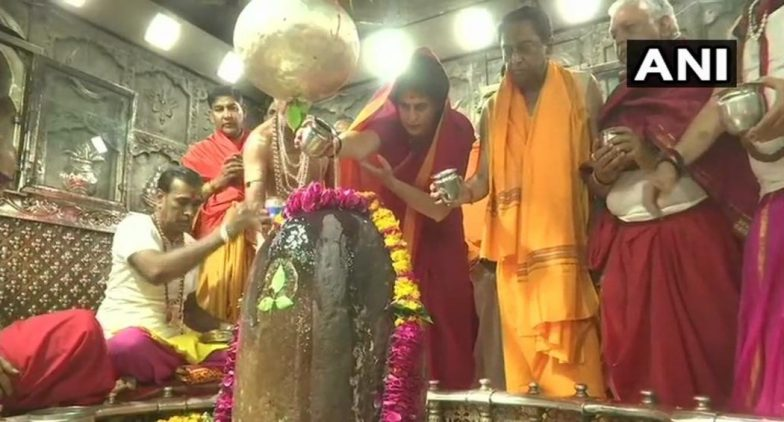 Priyanka Gandhi Vadra Offers Prayers at Mahakaleshwar Temple in Ujjain, to Hold Roadshow in Indore - Watch Video