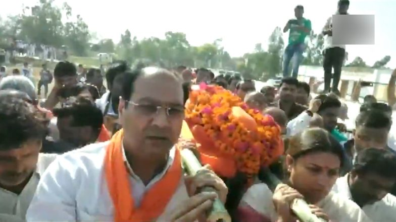 Smriti Irani Lends Shoulder to Late BJP Worker Surendra Singh's Body For Cremation; Watch Video