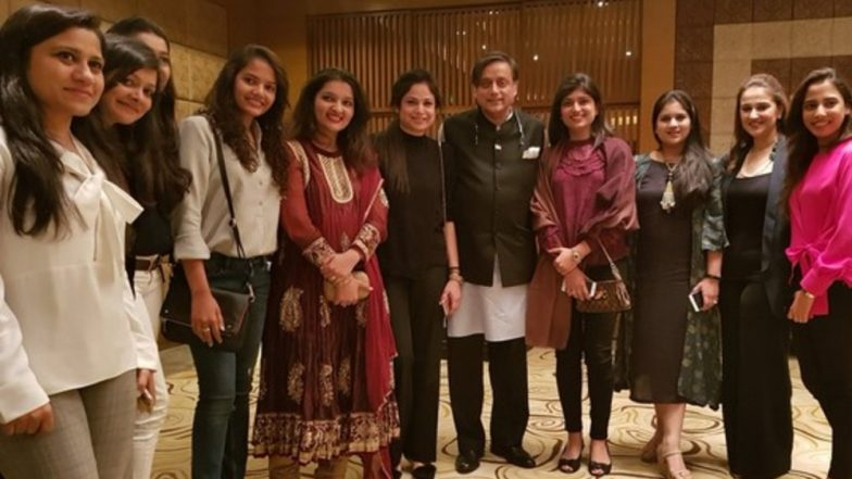 Did Shashi Tharoor Pose For Picture With Pakistan Cricketers' Wives? Know Truth of Viral Image