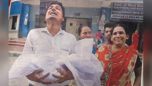 West Bengal Doctors' Strike: Father Carries Newborn Baby's Dead Body in Hand as Timely Treatment Denied, Heartbreaking Pic Goes Viral