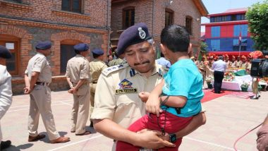 Anantnag Terror Attack: Srinagar SSP Gives Teary-Eyed Farewell to Jammu And Kashmir Cop Arshad Khan, Carries Martyrs Son in His Arms
