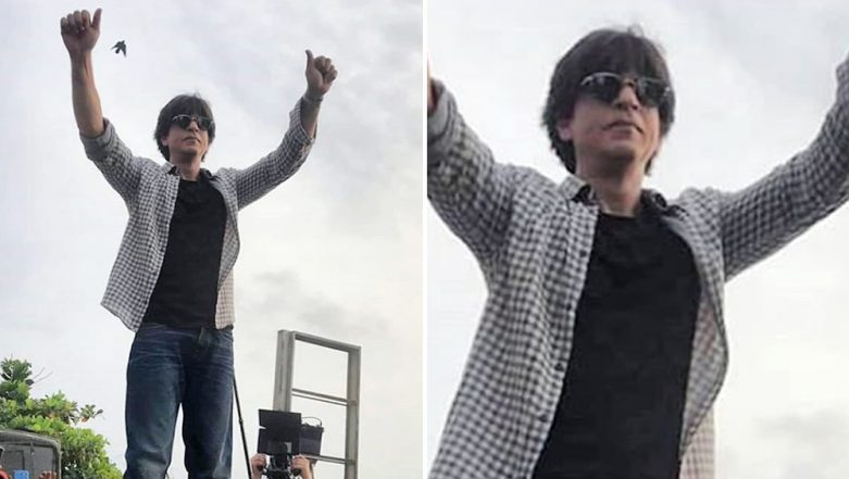 Shah Rukh Khan Greets His Fans Outside Mannat Impromptu, Fans Go Crazy as He Climbs on His Car! (Watch Videos)